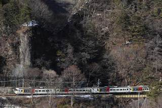 吾妻線を行く185系電車