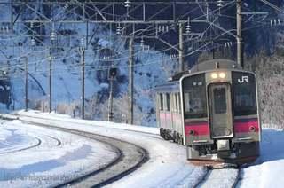 奥羽線白沢駅を通過する701系