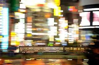 新宿のネオン街を行く埼京線205系
